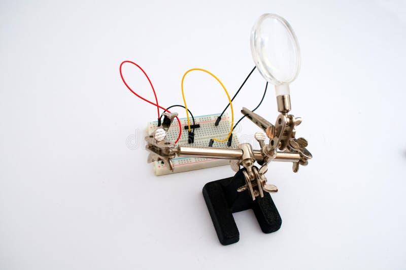 Robot dla połączenia druty na desce fotografia stock