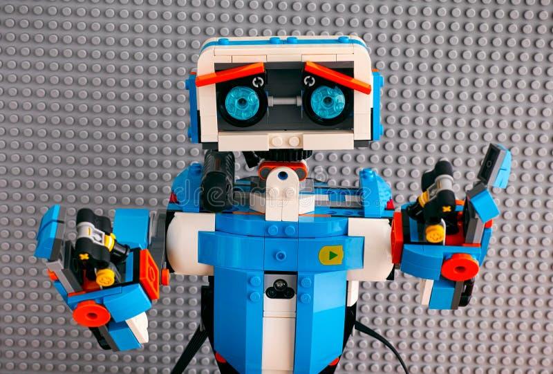 Robot för ståendeLego ÖKNING mot grå baseplatebakgrund royaltyfria foton