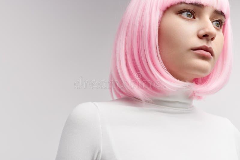 Robot femminile nel distogliere lo sguardo rosa della parrucca immagini stock libere da diritti
