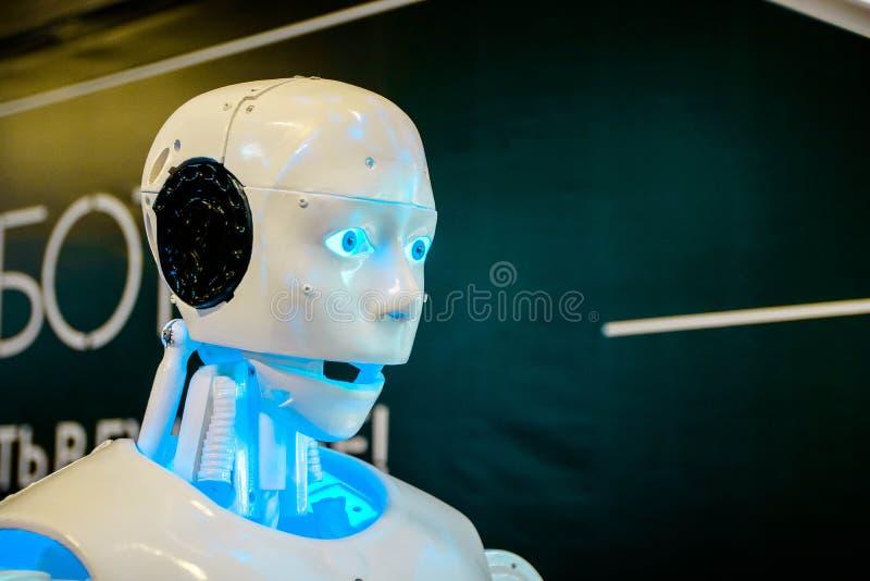 Robot Humanoid en la exposición de alta tecnología que habla con los visitantes imagenes de archivo