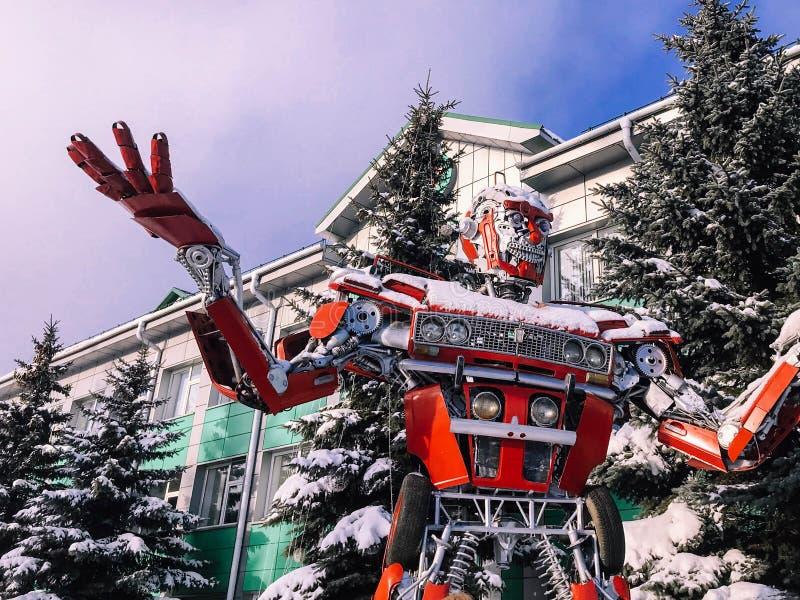 Robot humanoid fantástico del metal rojo del hierro, futurista peligroso fuerte grande de un coche con las manos y cabeza en invi fotos de archivo libres de regalías