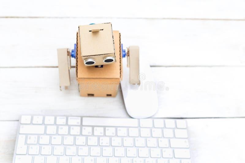 Robot i swój miejsce pracy z myszą i klawiaturą Mieszkanie nieatutowy obrazy stock