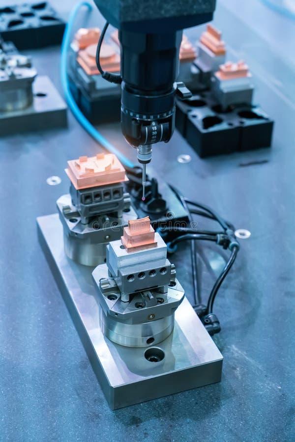 Robot industrial de la máquina en la planta de fabricación funcionamiento en fábrica imágenes de archivo libres de regalías