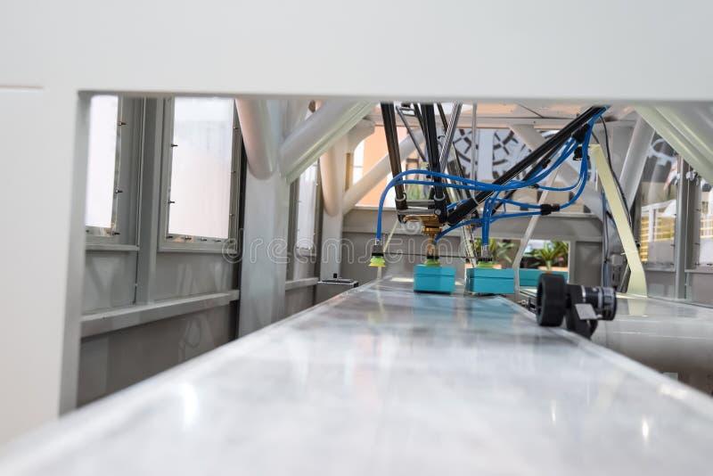 Robot industrial que trabaja en fábrica imagen de archivo libre de regalías