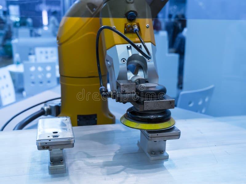Robot industrial que trabaja en fábrica del teléfono imagenes de archivo