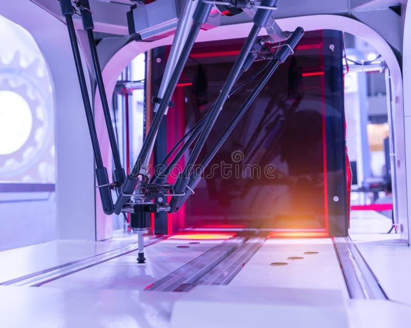 Robot industrial que trabaja en la fábrica, transportador Controler de seguimiento foto de archivo