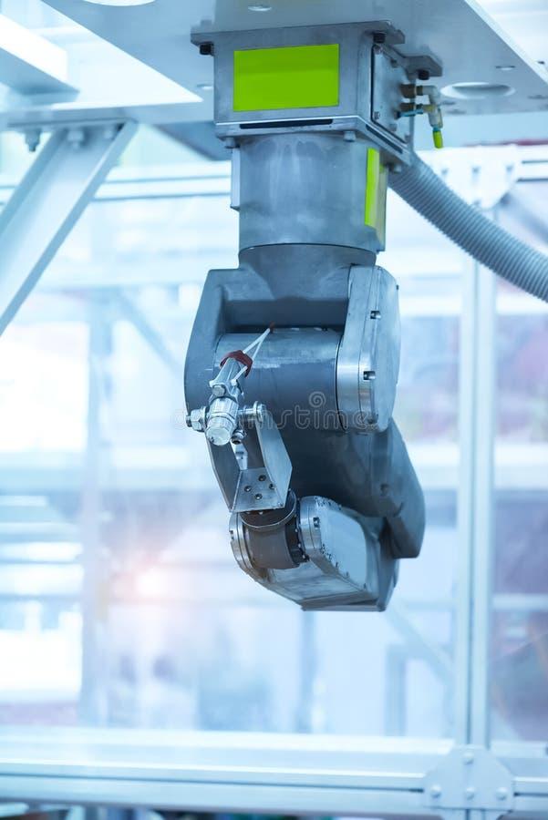 Robot industrial que trabaja en la fábrica, transportador Controler de seguimiento fotos de archivo libres de regalías