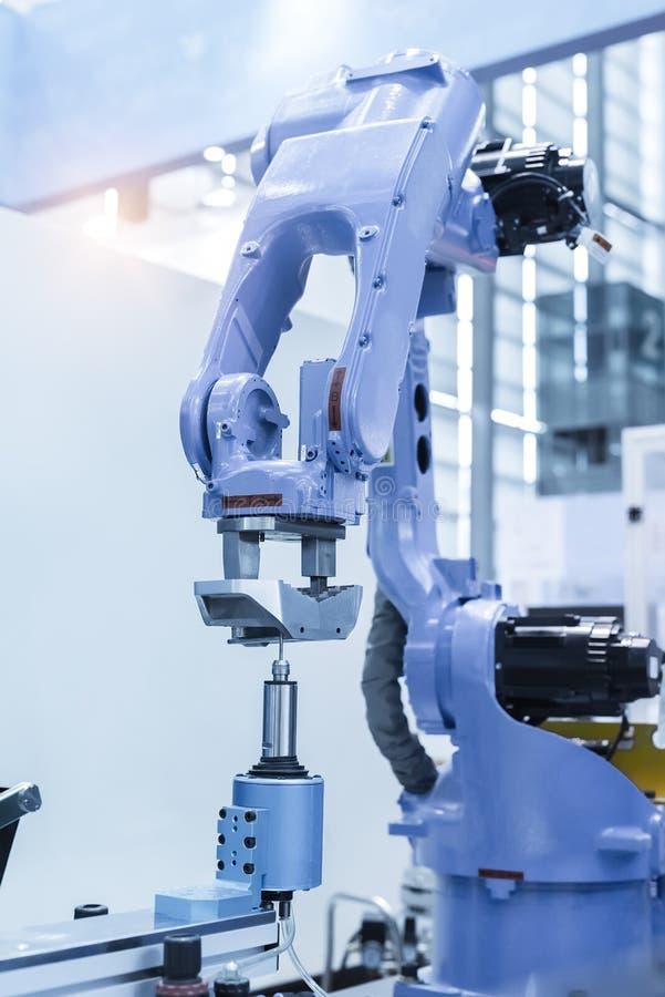 Robot industrial que trabaja en la fábrica, transportador Controler de seguimiento imagen de archivo