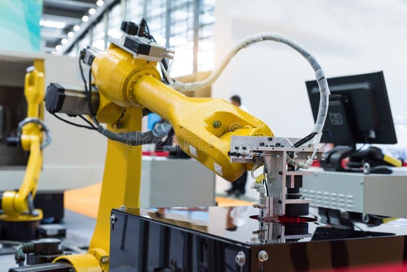 Robot industrial que trabaja en la fábrica, transportador Controler de seguimiento foto de archivo libre de regalías