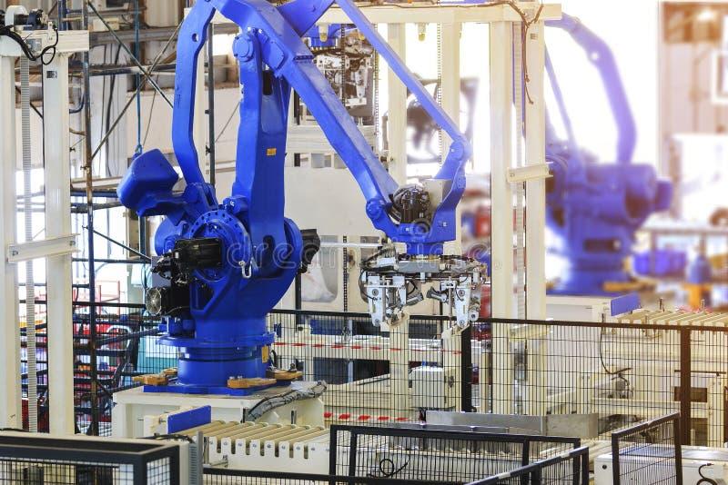 Robot industriale di raccolto nella linea di produzione fabbrica del produttore immagini stock libere da diritti