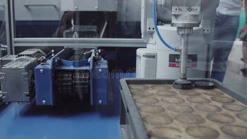 Robot industriel avec le convoyeur dans l'usine de fabrication, industrie futée d'usine Robot pour des produits métalliques de di photo libre de droits