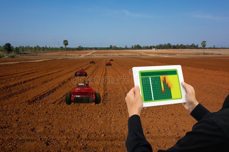 Robot intelligent 4 d'industrie d'Iot 0 concepts d'agriculture, agronome industriel, agriculteur à l'aide du comprimé pour survei images stock