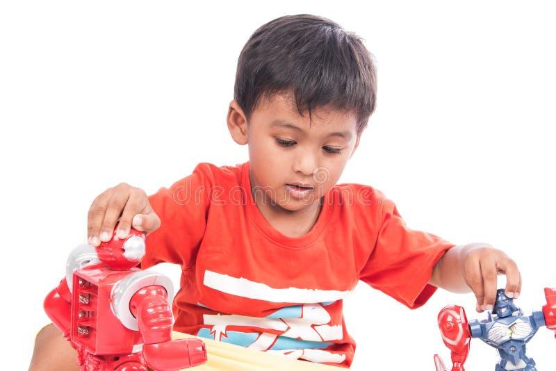 Robot lindo del juego del niño pequeño imagen de archivo