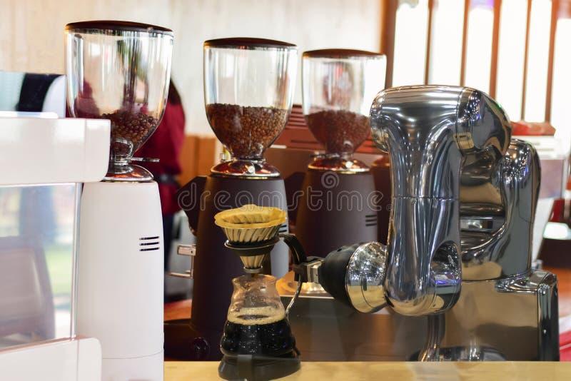 Robot machinalna ręka robi filiżanka kawy zdjęcia stock