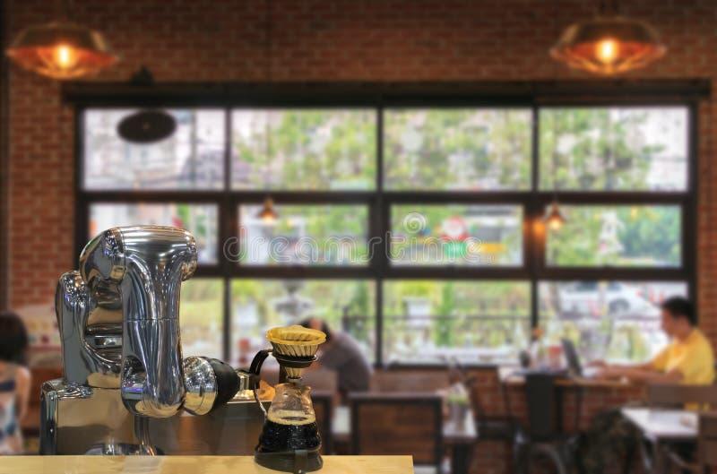 Robot machinalna ręka robi filiżanka kawy zdjęcia royalty free
