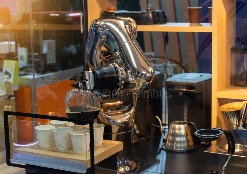 Robot machinalna ręka robi filiżanka kawy automatyczny fotografia royalty free