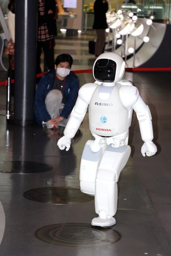 Robot marchant autour de faire une démo au musée photo stock