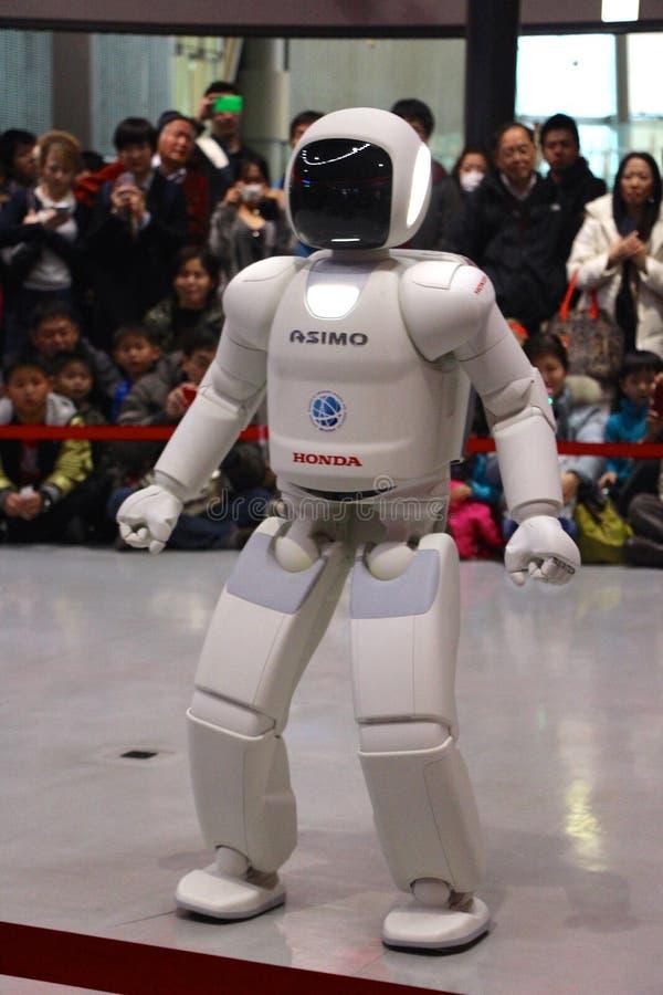 Robot marchant autour de faire une démo au musée images stock
