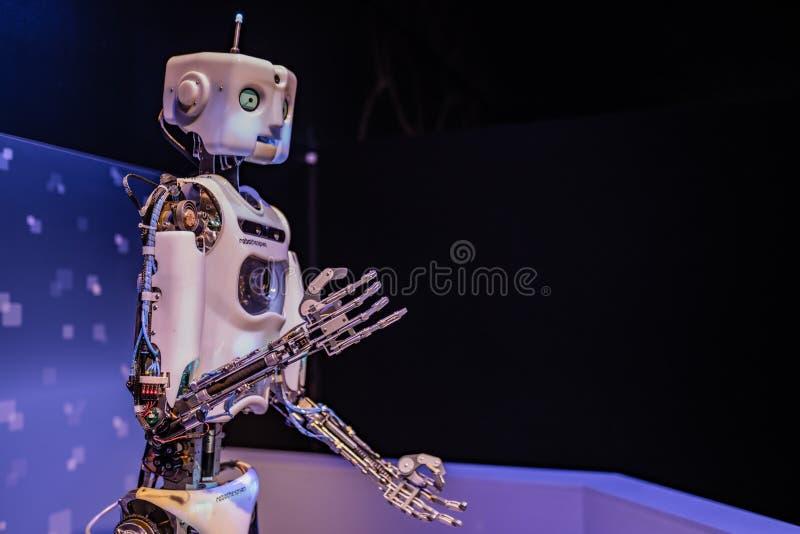 Robot mecanizado en la entrada de OMSI imágenes de archivo libres de regalías