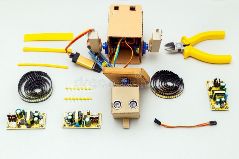 Robot met handen en hulpmiddelen op grijze achtergrond Vlak leg royalty-vrije stock afbeeldingen