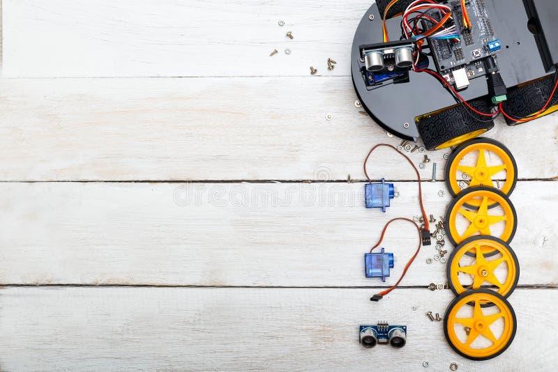 Robot met wielen en de elementen noodzakelijk voor de robotassemblage Vlak leg stock afbeeldingen