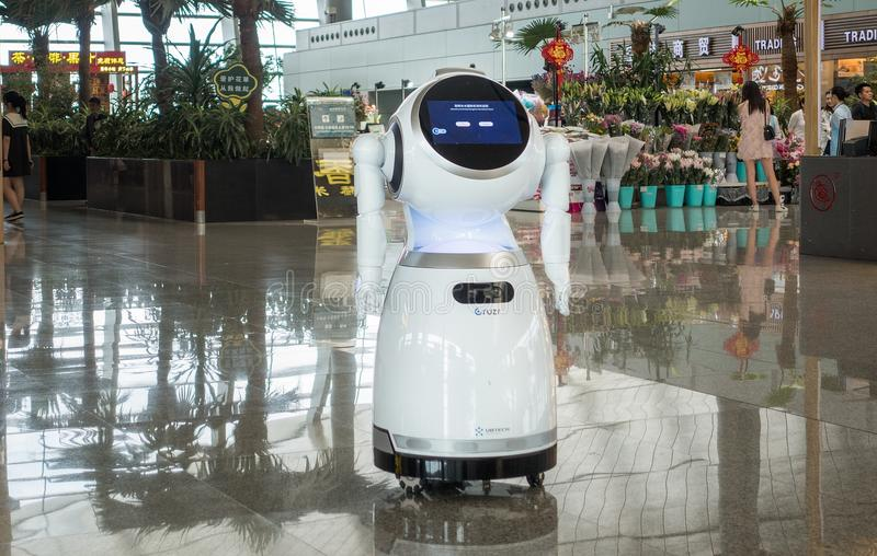 Robot nel terminale di aeroporto fotografie stock