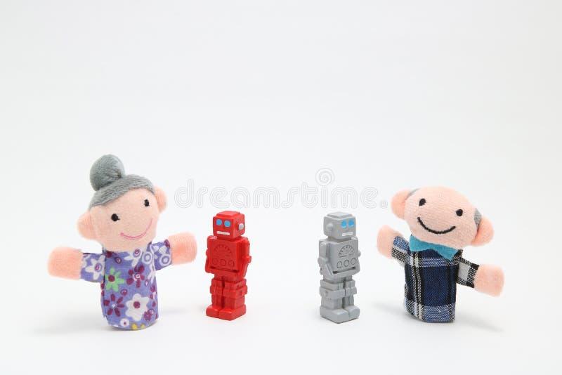 Robot och en äldre man och kvinna arkivfoton