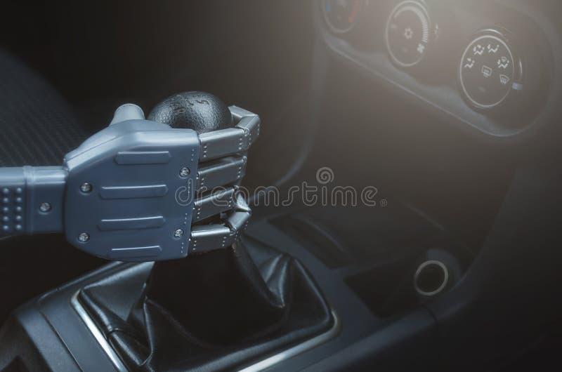 Robot que conduce el coche imagen de archivo