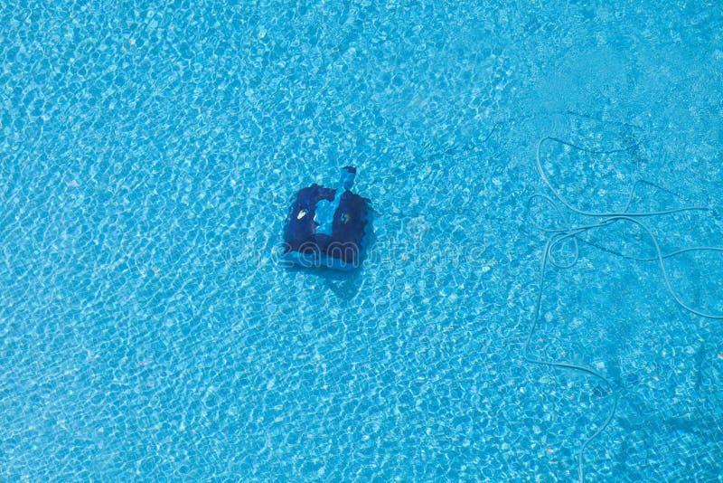 Robot que limpia una piscina fotos de archivo