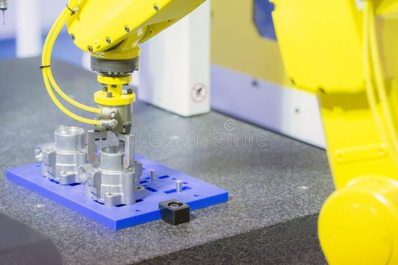 Robot ręka dla bierze aluminiową część 4 przemysłowy fotografia royalty free