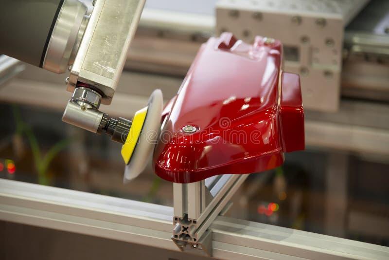 Robot ręka poleruje automobilową część fotografia stock
