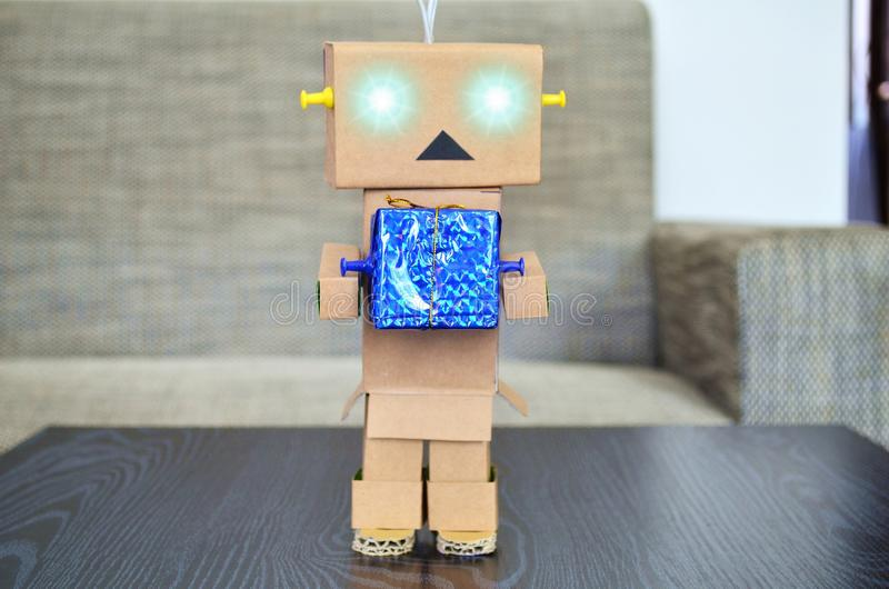 Robot robić karton dostarcza pakunki obraz royalty free