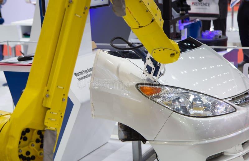 Robot som mäter spolningen och mellanrummet mellan församlade delar av bilen royaltyfri fotografi