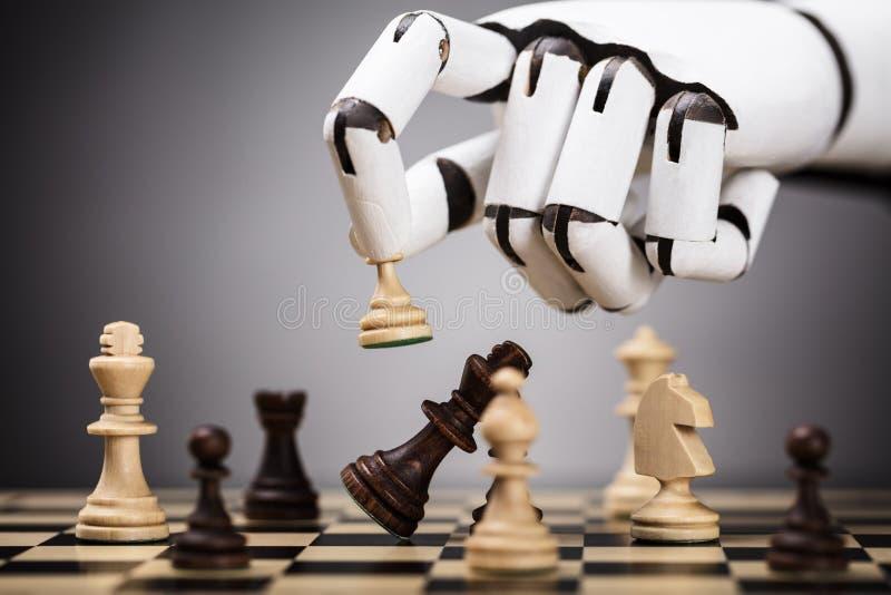 Robot som spelar schack royaltyfri foto