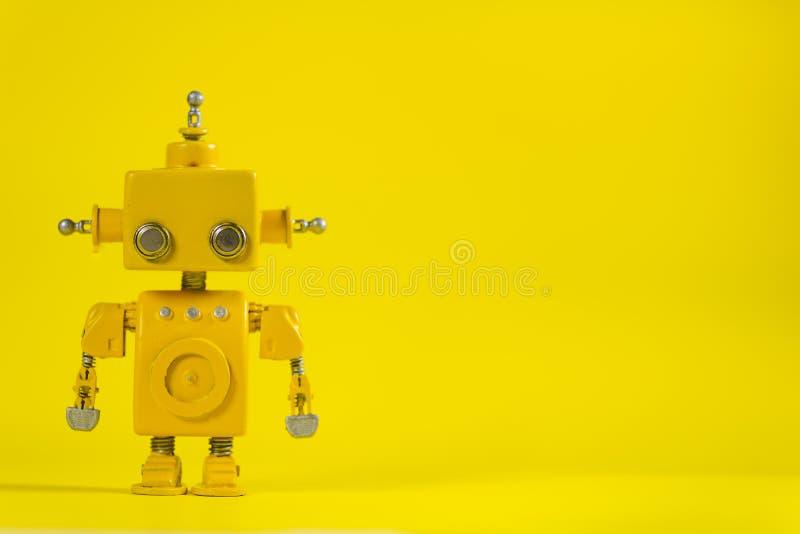 Robot su un fondo bianco fotografie stock libere da diritti