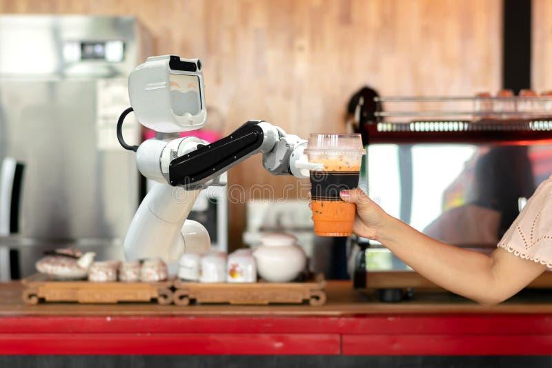 Robot technologii chwyta napoje zaludniać pracę zamiast mężczyzna obrazy royalty free
