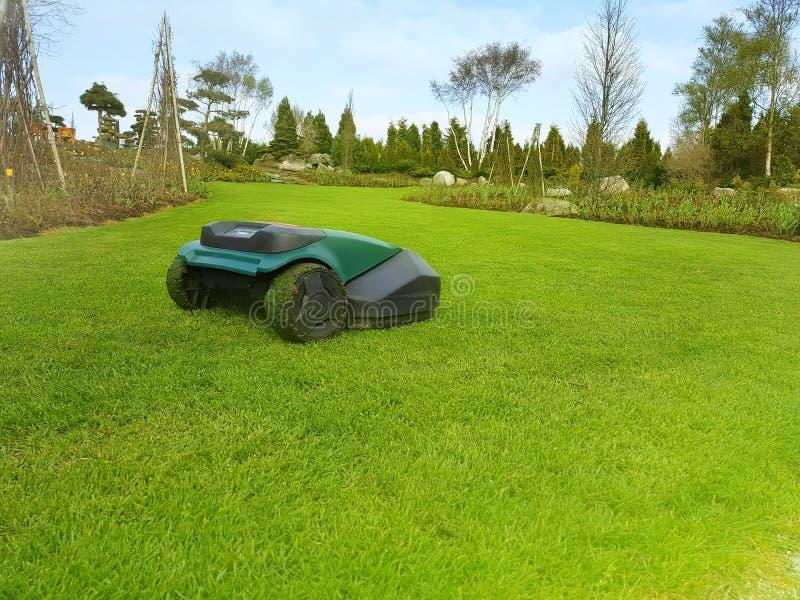 Robot technologii gazonu kosiarz ciie trawy zdjęcia stock