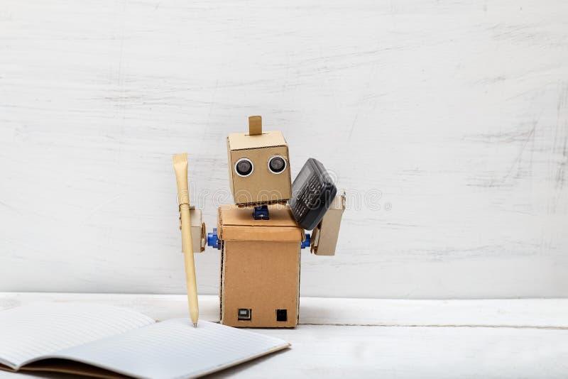 Robot trzyma pióra pióro i opowiada na telefonie obrazy royalty free