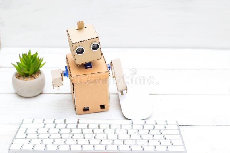 Robot urzędnik, jego miejsce pracy z klawiaturą i mous - obraz royalty free