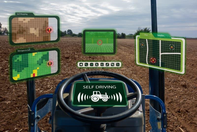 Robot 4 van de Iot slimme industrie 0 landbouwconcept, industriële agronoom die, landbouwer autonome tractor met het zelf drijven stock foto's