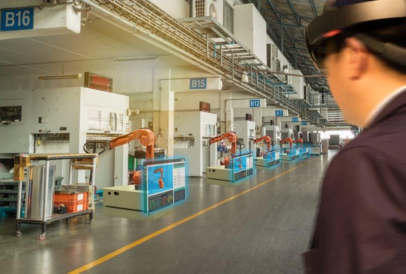 Robot 4 van de Iotindustrie 0 concept, industriële engineerblurredusing slimme glazen met vergroot gemengd met virtuele werkelijk stock afbeelding