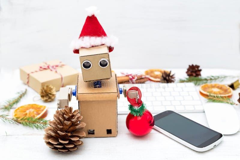 Robot w ręce trzyma nowego roku ` s zabawkę i stojaki na backgroun obrazy royalty free
