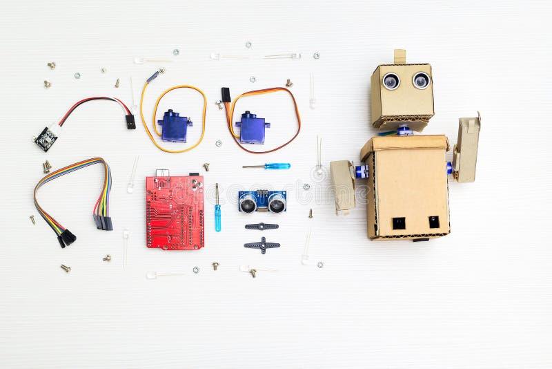 Robot y piezas y elementos de la robótica en la mesa Endecha plana imagen de archivo