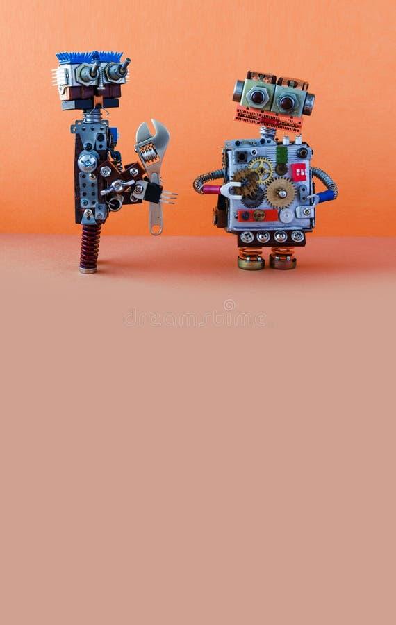 Robota żołnierz z nastawczym spanner chce załatwiać łamającego robot Utrzymanie naprawy dylemata pojęcie kosmos kopii zdjęcia stock