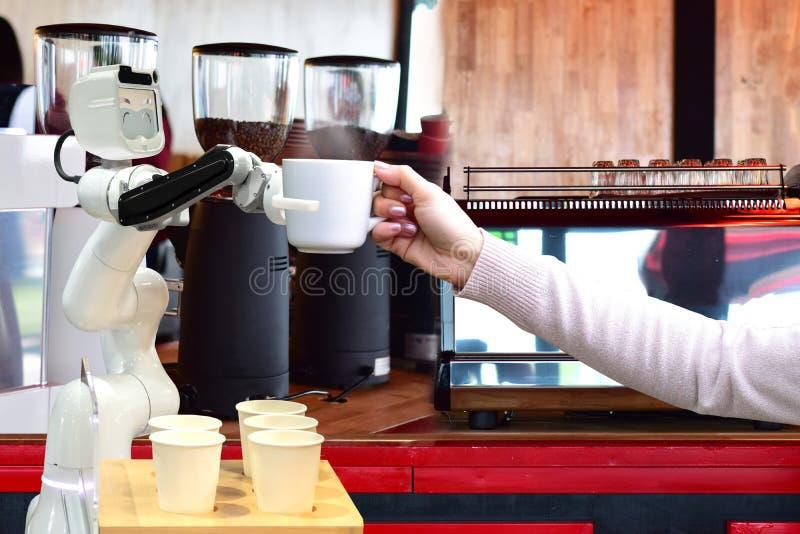 Robota chwyta gorący kawowi napoje zaludniać pracę zamiast mężczyzna przyszłości zdjęcia royalty free