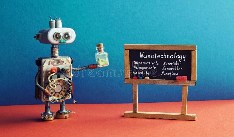 Robota naukowiec trzyma próbnej tubki, wyjaśnia nanotechnologia innowacji przemysłu Czarny chalkboard z zwrota nanotube obraz royalty free