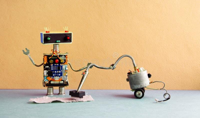Robota próżniowego cleaner maszyna Cyborga cleaning mechaniczny zabawkarski dywan, koloru żółtego ścienny tło zdjęcia stock