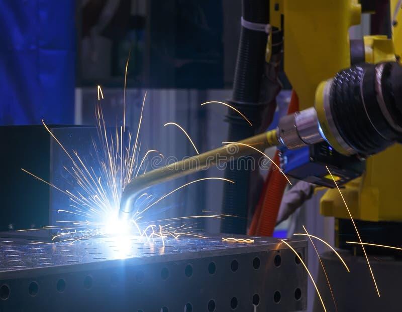 Robota spawalniczego ruchu Przemysłowa automobilowa część w fabryce Metal kropelki pięknie kropią w wszystkie kierunkach obrazy stock