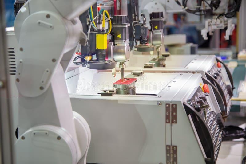 Robota telefonu komórkowego ładownicza skrzynka CNC rytownictwa maszyna zdjęcia stock