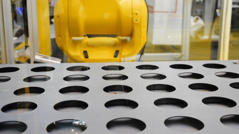 Robotachtig sorterend systeem media De tang op universele robot sorteert details in slim pakhuis stock foto